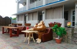 Мягкие диваны во дворе